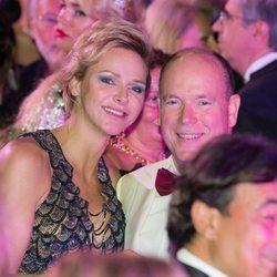 Charlene y Alberto de Mónaco, sonrientes durante el Baile de la Cruz Roja 2018