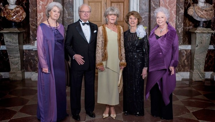 Carlos Gustavo de Suecia junto a sus hermanas Margarita, Brígida, Desirée y Cristina