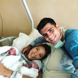 Álvaro Morata y Alice Campello sostienen a sus hijos en brazos
