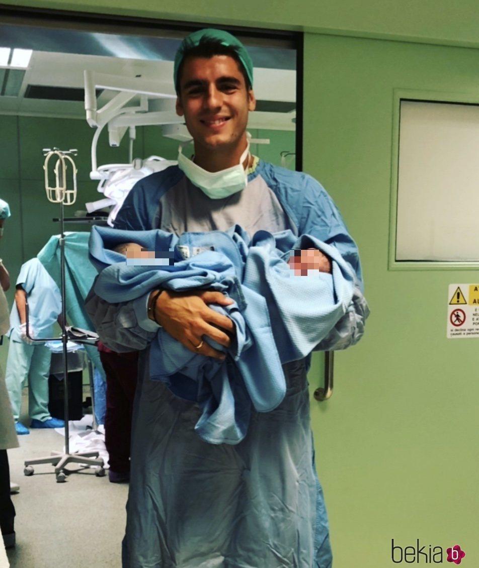 Álvaro Morata sostiene a sus hijos recién nacidos en brazos