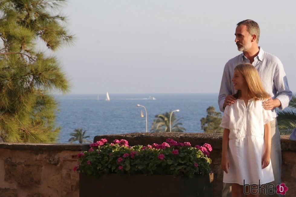 El Rey Felipe y la Infanta Sofía desde el balcón del Palacio de La Almudaina en su posado de verano en Mallorca