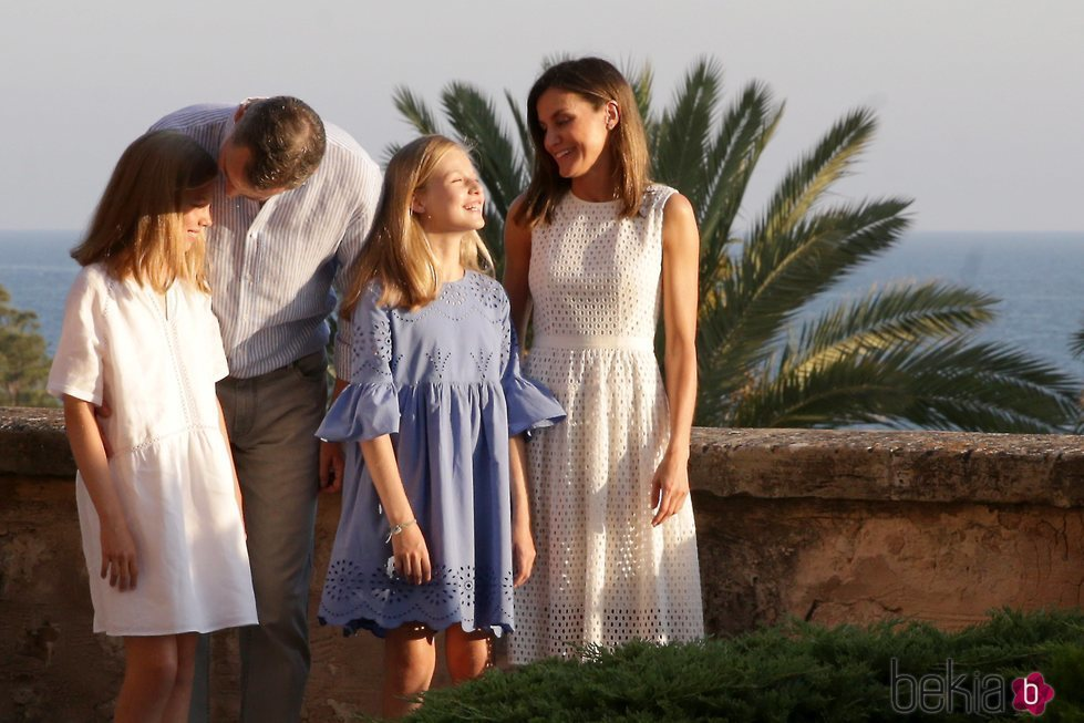 El Rey Felipe, cariñoso con la Infanta Sofía y la Reina Letizia y la Princesa Leonor bromean en su posado de verano 2018 en Mallorca