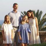 Los Reyes Felipe y Letizia y sus hijas en el balcón del Palacio de La Almudaina en su posado de verano en Mallorca