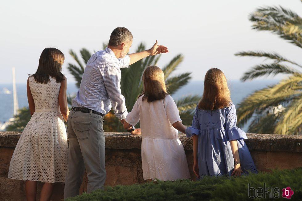 Los Reyes Felipe y Letizia enseñan Palma desde el balcón del Palacio de La Almudaina a la Princesa Leonor y la Infanta Sofía