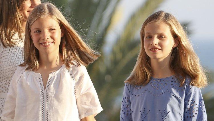 La Princesa Leonor y la Infanta Sofía, sonrientes en su posado de verano 2018 en Mallorca