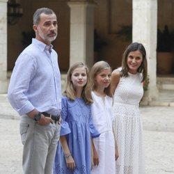Los Reyes Felipe y Letizia y sus hijas en su posado de verano 2018 en Mallorca