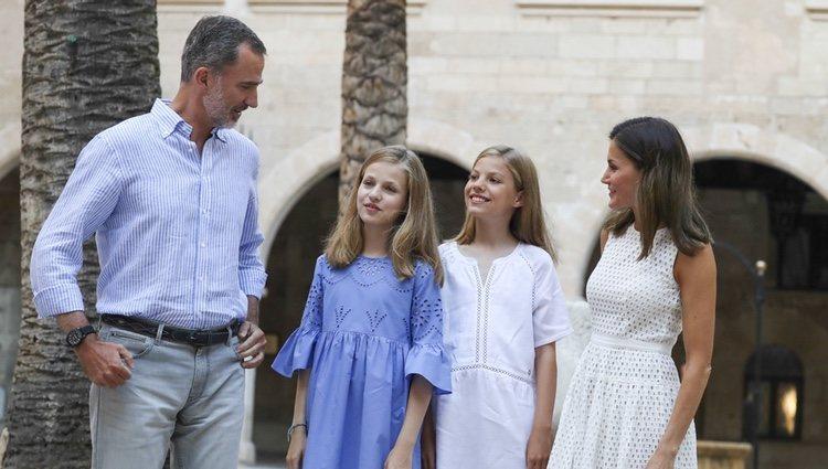 La Princesa Leonor y la Infanta Sofía explican cómo ha sido su estancia en Estados Unidos ante los Reyes Felipe y Letizia en su posado en Mallorca