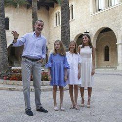 Los Reyes Felipe y Letizia, la Princesa Leonor y la Infanta Sofía, muy sonrientes en su posado de verano 2018 en Mallorca