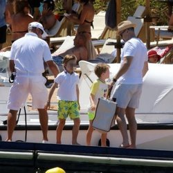 David Furnish, marido de Elton John, junto a los dos hijos del cantante en Cerdeña