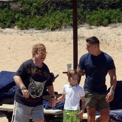 Elton John junto a su hijo Zachary paseando por la playa en sus vacaciones en Cerdeña