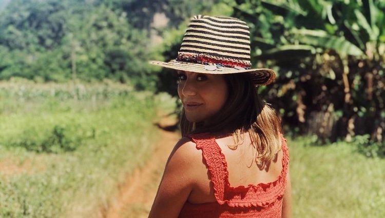 Elena Tablada de paseo en caballo en Cuba