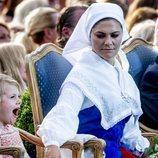 Victoria de Suecia mira a su hija Estela bostezar en la celebración de su cumpleaños