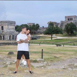 Sergio Ramos dando un beso a Pilar Rubio en México