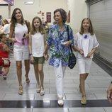 La Reina Sofía, la Reina Letizia, la Infanta Sofía y la Princesa Leonor en un mercado de Mallorca