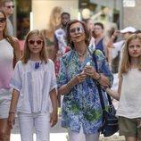 La Reina Sofía muy feliz con la Reina Letizia, la Infanta Sofía y la Princesa Leonor en un mercado en Mallorca