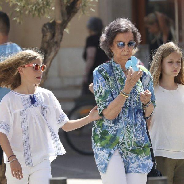 Las Reinas Sofía y Letizia con la Princesa Leonor y la Infanta Sofía en un mercado de Mallorca