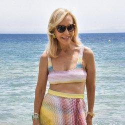 Carmen Lomana posa con el mar de fondo en Marbella