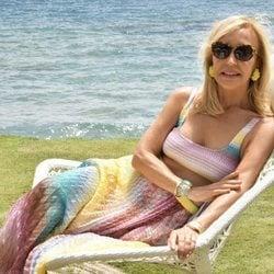 Carmen Lomana tumbada en una hamaca con el mar de fondo