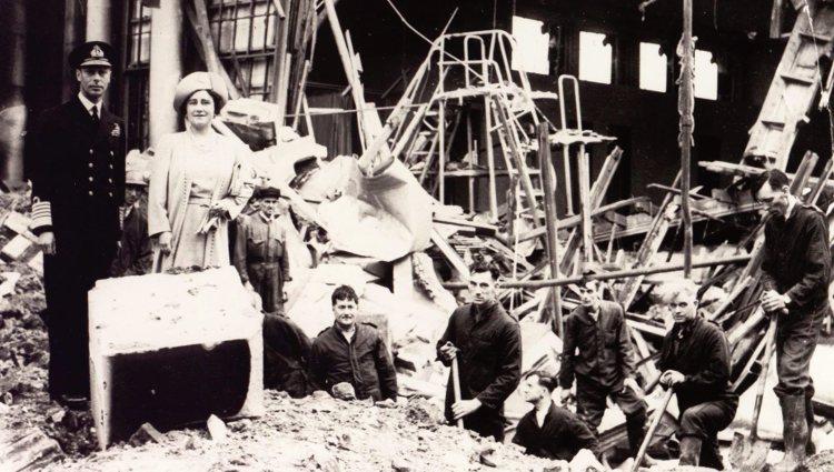 El Rey Jorge VI y su esposa visitan un lugar bombardeado en la Segunda Guerra Mundial