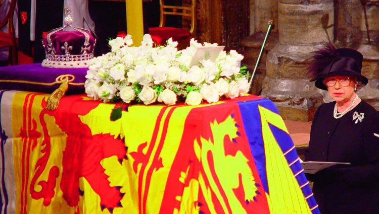 Isabel II en el funeral de su madre en la Abadía de Westminster