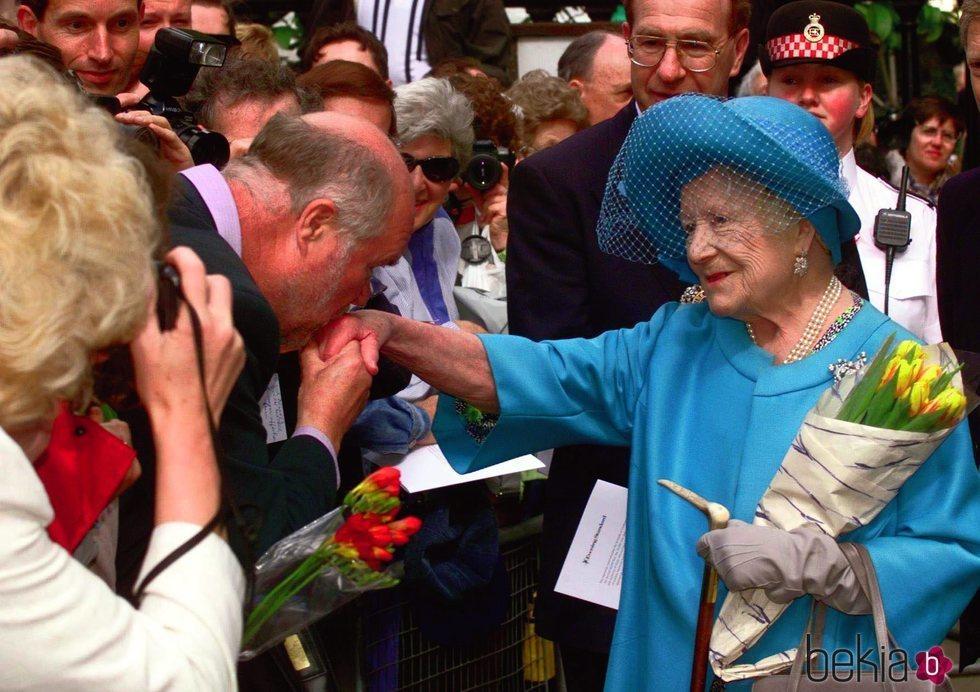 La Reina Madre recibiendo el cariño de los ciudadanos