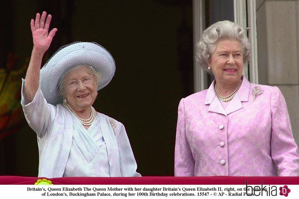 La Reina Madre Y Su Hija Isabel Ii Durante Su 100 Cumpleanos La Familia Real Britanica En Imagenes Foto En Bekia Actualidad