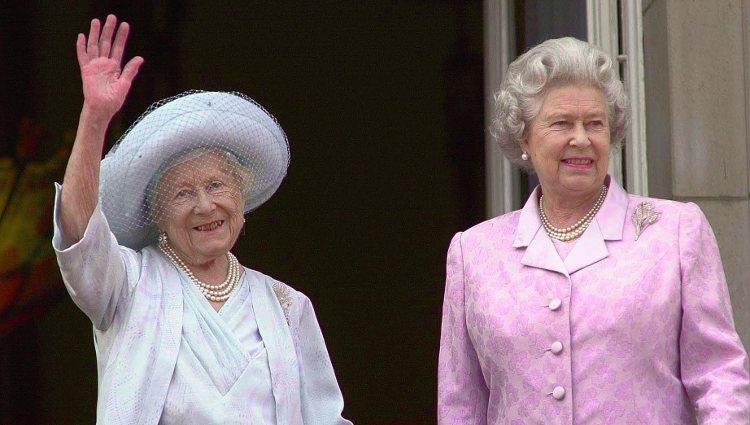 La Reina Madre y su hija, Isabel II, durante su 100 cumpleaños