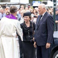Harald y Sonia de Noruega en el funeral de Thorvald Stoltenberg