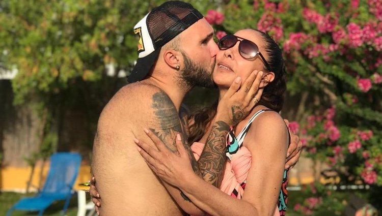 Kiko Rivera besa cariñosamente a su madre Isabel Pantoja