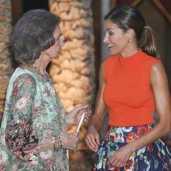La Reina Sofía y la Reina Letizia muy cómplices en la recepción del Palacio de la Almudaina en Mallorca