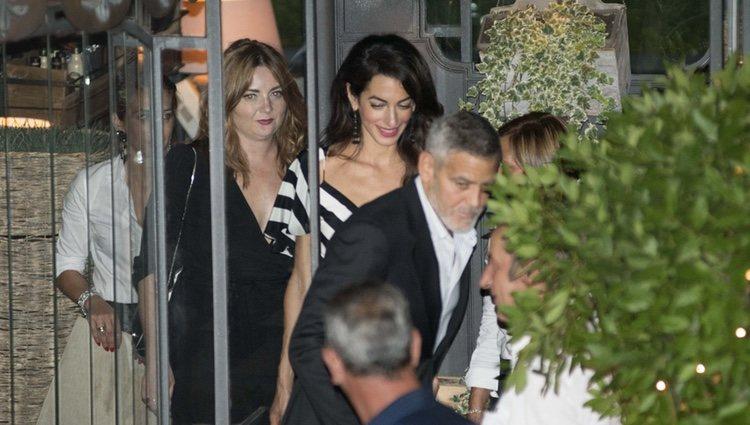 George y Amal Clooney saliendo de cenar de un restaurante italiano