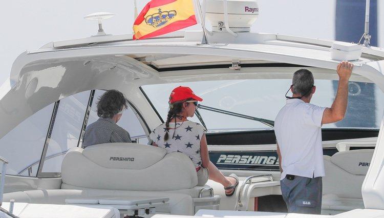 La Reina Sofía siguiendo la Copa del Rey de Vela desde el mar
