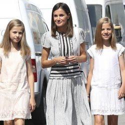 La Reina Letizia con la Princesa Leonor y la Infanta Sofía durante su visita al Rey Felipe VI en la Copa del Rey de Vela