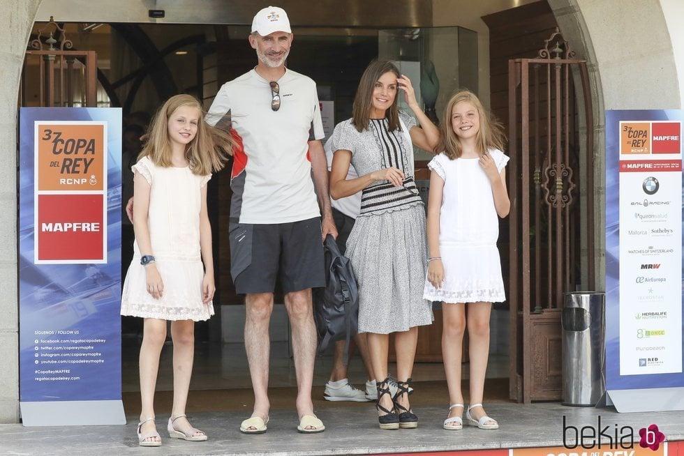 Los Reyes Felipe y Letizia con sus hijas la Princesa Leonor y la Infanta Sofía en el último día de regatas