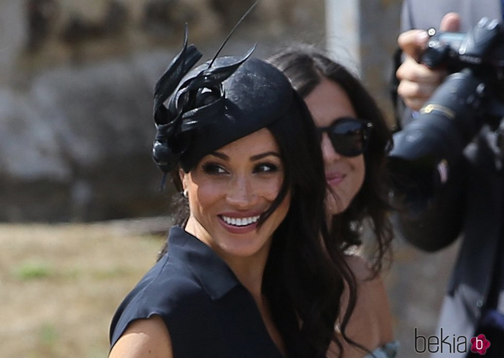 Meghan Markle muy sonriente en la boda de Charlie van Straubenzee y Daisy Jenks