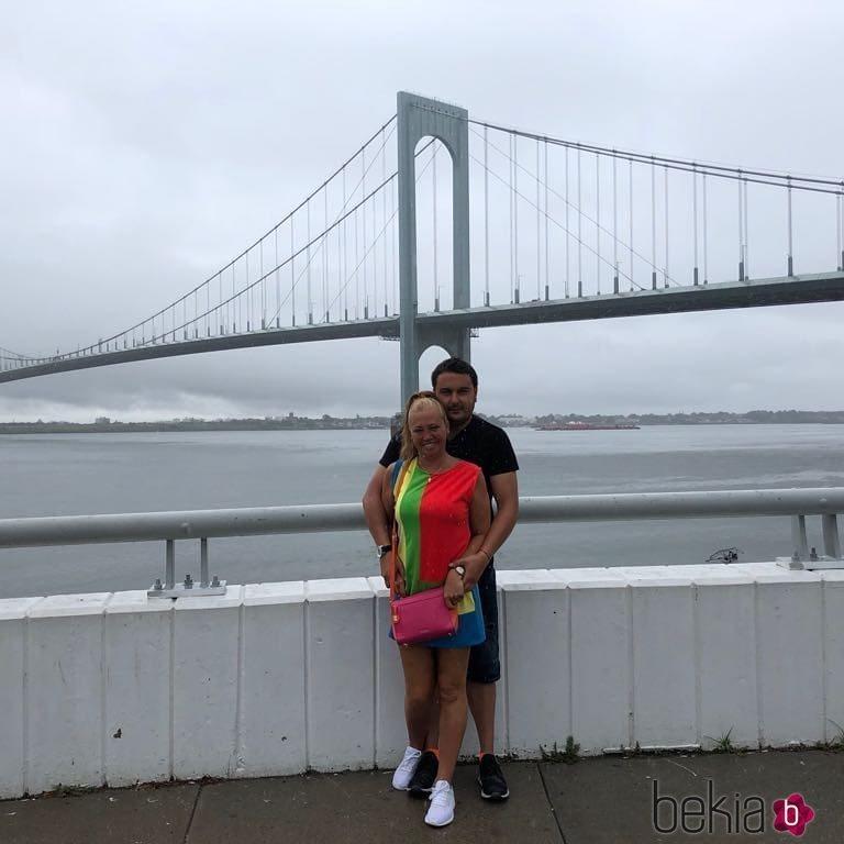 Belén Esteban y Miguel sonríen abrazados durante su viaje a Nueva York