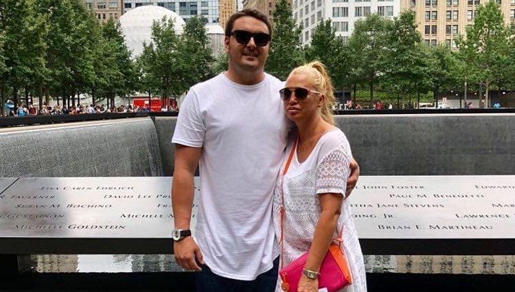 Belén Esteban y su pareja Miguel en el monumento homenaje al atentado del 11-S