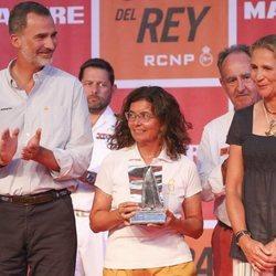 El Rey Felipe con la Infanta Elena tras entregar su trofeo por el segundo puesto del Titia en la Copa del Rey de Vela 2018