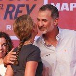 El Rey Felipe y la Infanta Elena se dan un beso en la entrega de trofeos de la Copa del Rey de Vela 2018