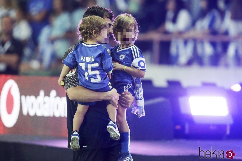 Iker Casillas con sus hijos Martín y Lucas celebrando la Supercopa de Portugal