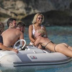 Chiara Ferragni tiene dificultades para subirse a una pequeña lancha en Ibiza