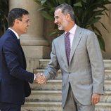 El Rey Felipe y Pedro Sánchez se saludan afectuosamente en su despacho de verano en Marivent