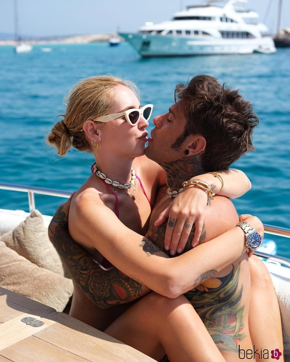 Chiara Ferragni y Fedez en un yate en Ibiza