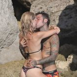 Chiara Ferragni y Fedez besándose durante las vacaciones en Ibiza