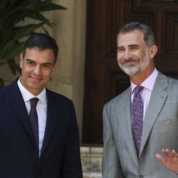 Pedro Sánchez y el Rey Felipe, muy sonrientes en su primer despacho de verano juntos en Marivent