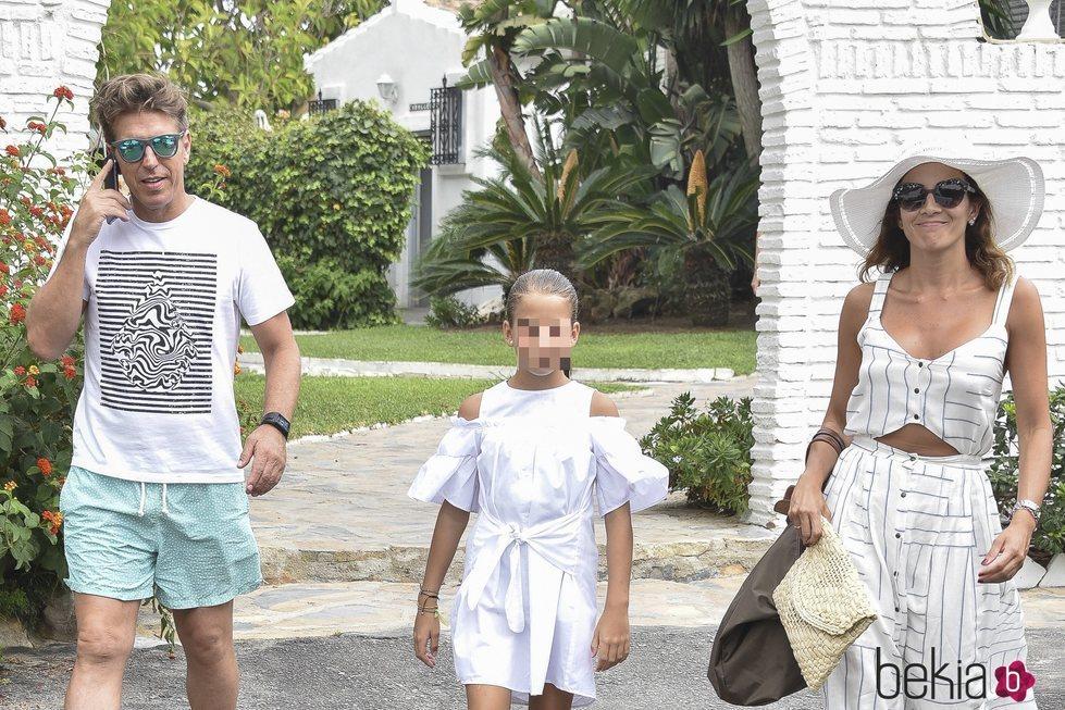 'El Cordobés' con Virgina Troconis y su hija en Marbella