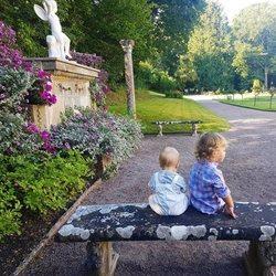 Los Príncipes Alejandro y Gabriel de Suecia en los jardines de Solliden