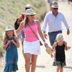Autumn Kelly junto a sus hijas, Savannah e Isla Phillips, durante el festival celebrado en Gatcombe Park