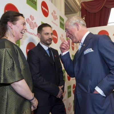 El Príncipe de Gales bromea con Tom Hardy y Olivia Colman en un acto de su organización 'The Prince's Trust