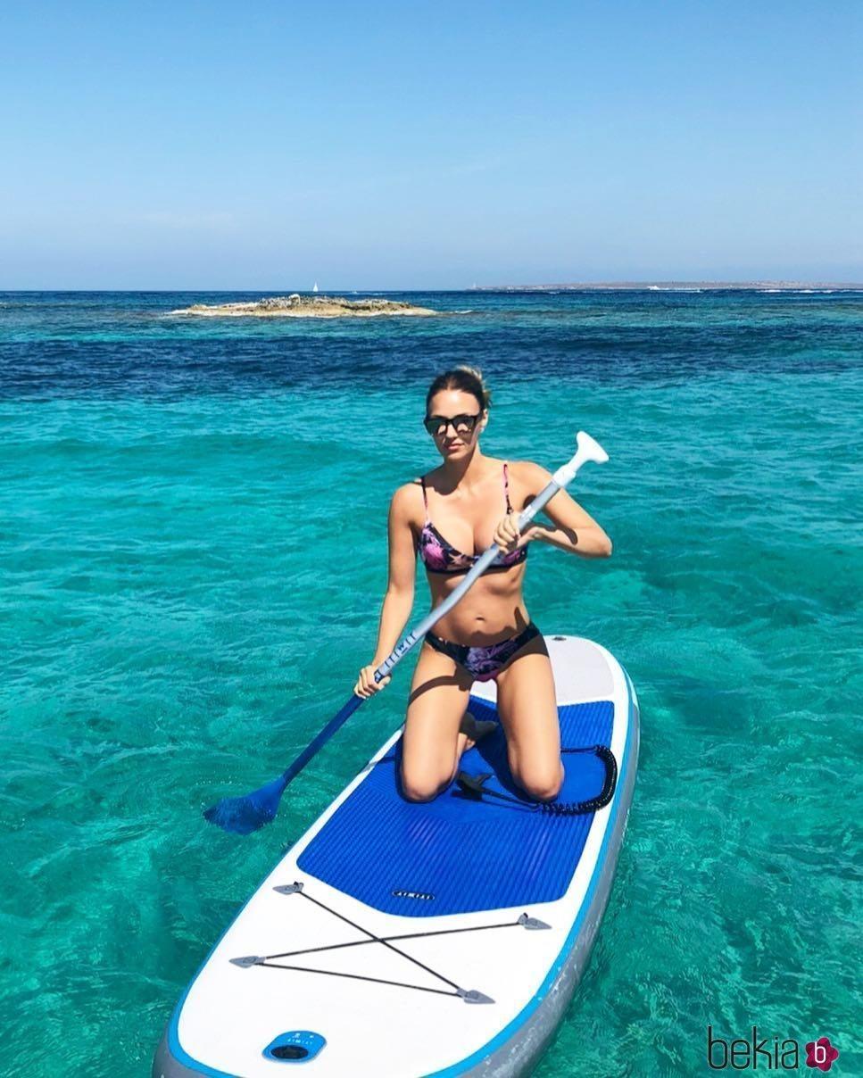 Helen Lindes haciendo paddle surf en Formentera